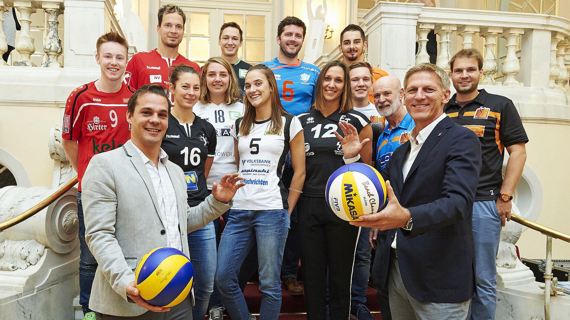 ÖVV-Vizepräsident Frederick Laure (l.) und ÖVV-Präsident Gernot Leitner mit Spielerinnen und Spielern © ÖVV/Leo Hagen