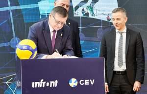 CEV-Präsident Aleksandar Boricic bei der Vertragsunterzeichnun, rechts Infront-CEO Philippe Blatter (© CEV/Leo Hagen)
